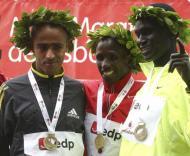 Martin Lel, ao centro, depois da vitória na meia maratona de Lisboa