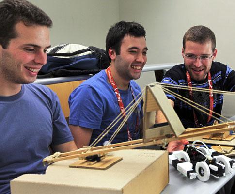 Alunos de engenharia durante a apresentação