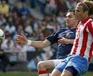 Diego Forlan (dir.) e Jose Romero (esq.), durante o At. Madrid-Osasuna