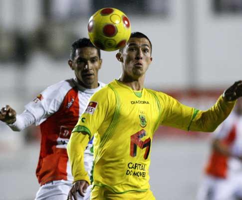 Cristiano (P. Ferreira) pressionado por Goianira (E. Amadora)