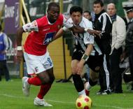 Rentería (Sp. Braga) e Halliche (Nacional) em luta pela bola