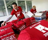Adeptos do AZ Alkmaar arrumam 800 t-shirts com a inscrição «AZ Campeão 2008-2009»