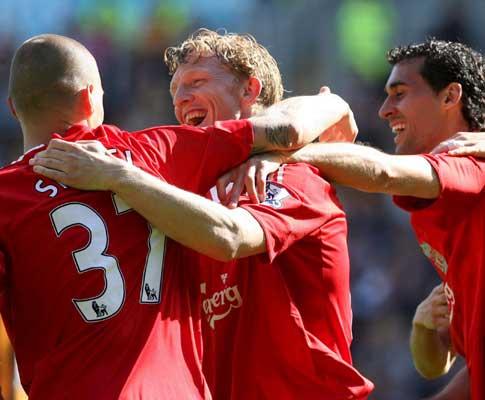 Dirk Kuyt (Liverpool) celebra golo ao Hull City