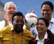 Pelé com a delegação do COI no Maracanã