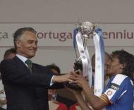 Cavaco Silva entrega a Taça a Bruno Alves