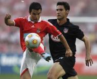 Saviola (Benfica) pressionado por Pablo (At. Madrid)