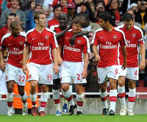 Wilshere (nº 19) e Arsenal em festa