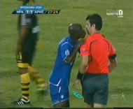 Jogador tenta beijar árbitro