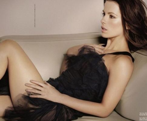 All business. Kate Beckinsale nua all charm!