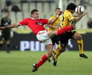 Javi Garcia tenta tirar a bola a Nacho Scocco