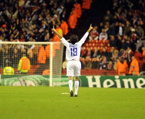 César Delgado festeja vitória do Lyon em Liverpool