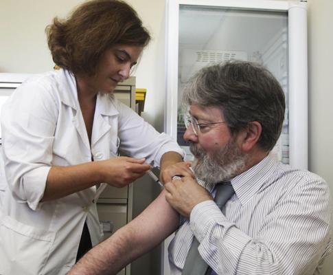 Francisco George, director-geral de Saúde a receber a vacina contra a gripe A