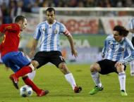 Iniesta, Mascherano e Messi no Espanha-Argentina