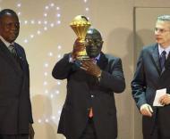 Justino Fernandes, presidente da Federação de Abgola, exibe o troféu da CAN-2010.