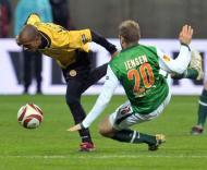 Leandro Salino (Nacional) antecipa-se  Jensen (Werder Bremen)