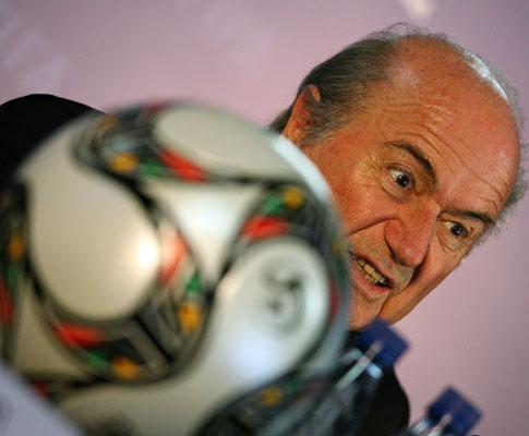 Sorteio: Blatter e uma bola
