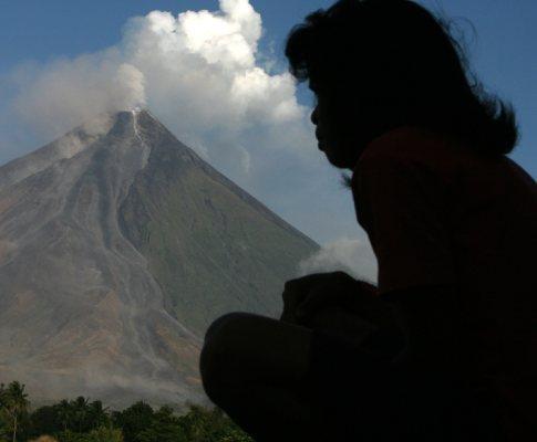 Vulcão Mayon com erupção iminente