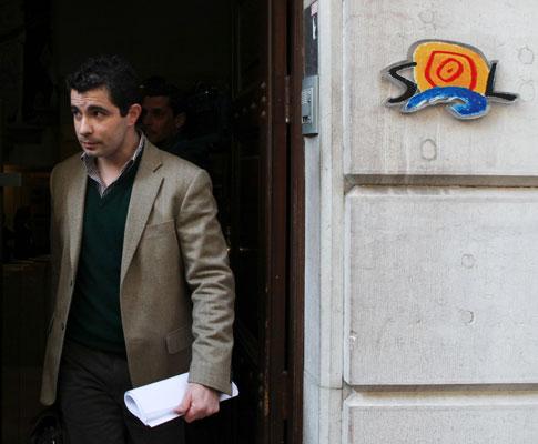 Oficial de justiça entrega providência cautelar ao semanário Sol