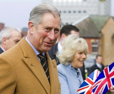 Príncipe Carlos e Camilla Parker Bowles durante a visita à exposição Staffordshire Hoard (foto: Lusa/Epa)