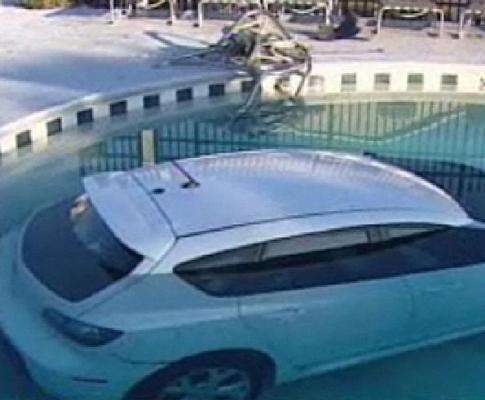 Carro na piscina