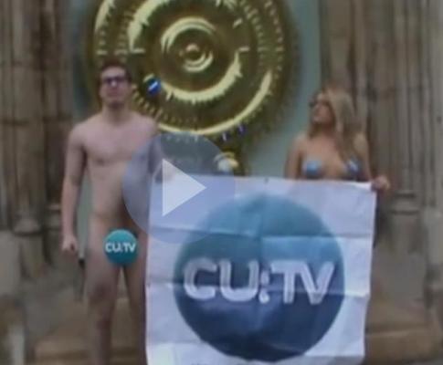 Estudantes lêem noticiário nus (foto da CU TV)