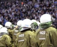 Polícia vigia adeptos após invasão do relvado