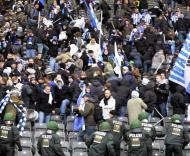 Polícia tenta dispersar adeptos