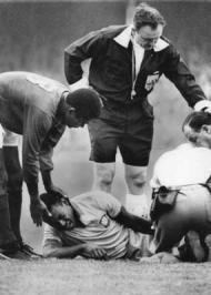 Mundial 1966: Pelé, lesionado, confortado por Eusébio (foto Atlântico Press/Press Association)