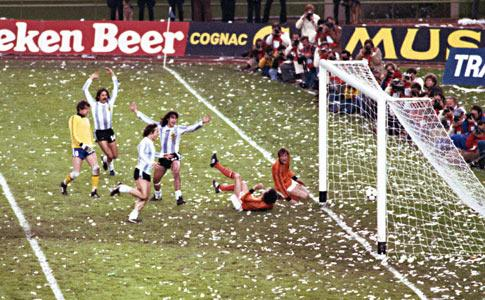 Mundial 1978: Kempes (10) marca pela Argentina na final com a Holanda (foto Atlântico Press/Press Association)
