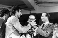 Mundial 1982: Dino Zoff, o mais velho campeão de sempre, recebe a Taça (foto Atlântico Press/Picture Alliance/DPA)