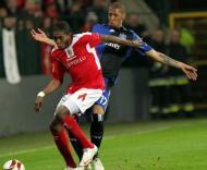Mbokani (St. Liège) protege a bola de Boateng (Hamburgo)