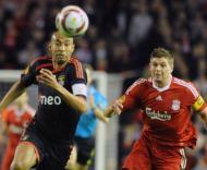 Luisão e Gerrard em disputa