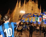Adeptos do Inter festejam na praça Duomo