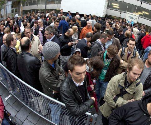 Milhares de europeus enfrentam filas para comprar iPad