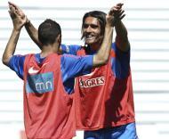 Pedro Mendes festeja com Simão num treino da selecção nacional