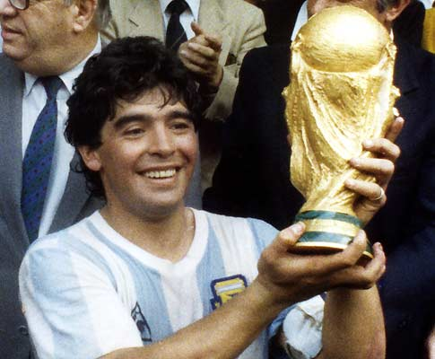 Mundial 86: Maradona com a Taça do Mundo (foto Atlântico Press/Picture Alliance/DPA)