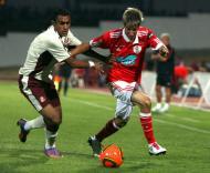 Fábio Coentrão (Benfica) em luta com Mahamady (Sunderland)