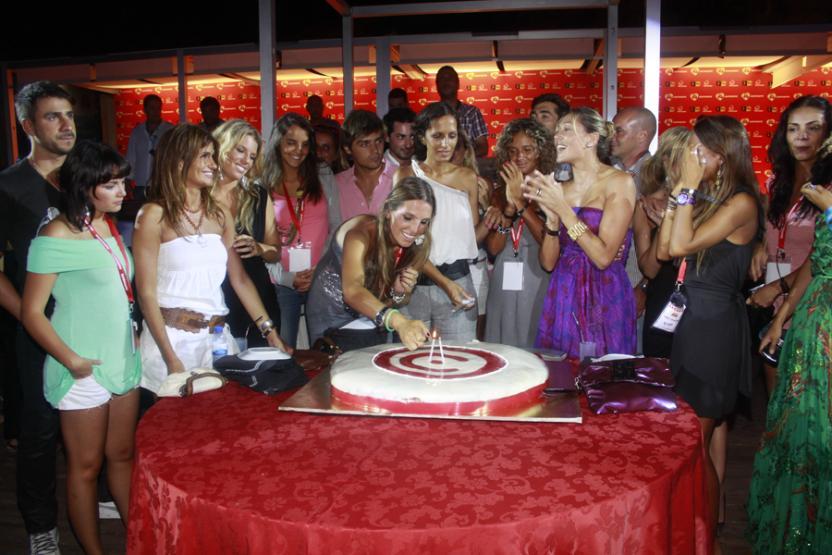 Sara e Lourenço ajudam a cortar o bolo