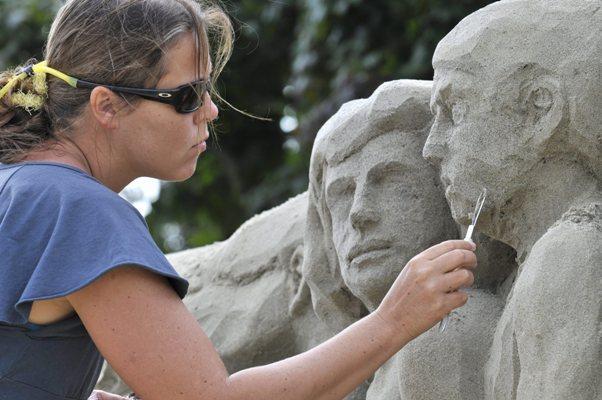 Esculturas na areia (EPA/REGINA KUEHNE)
