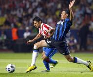 Lucio (Inter) tenta travar Aguero (At. Madrid)
