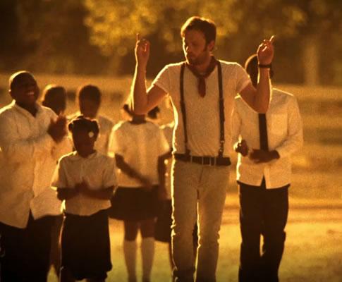 Kings of Leon no vídeo «Radioactive»