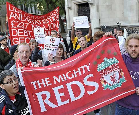 Adeptos do Liverpool manifestam-se frente ao tribunal
