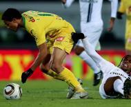 Olimpio (P. Ferreira) passa por Edgar (V. Guimarães)