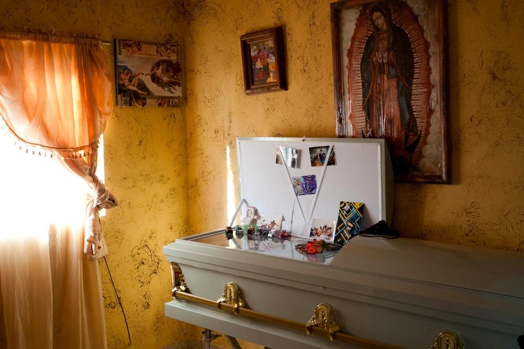 Funeral de um estudante, vítima do crime organizado mexicano (EPA/Jesus Alcazar)