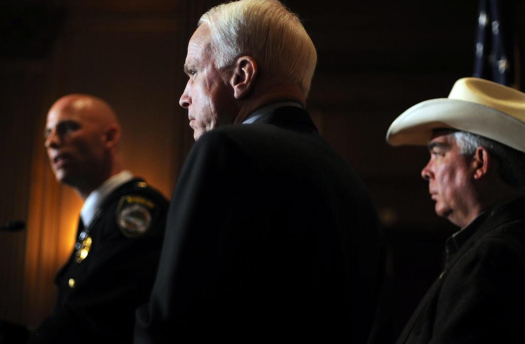 John McCain em conferência de imprensa sobre reforma da imigração (EPA/Astrid Riecken)