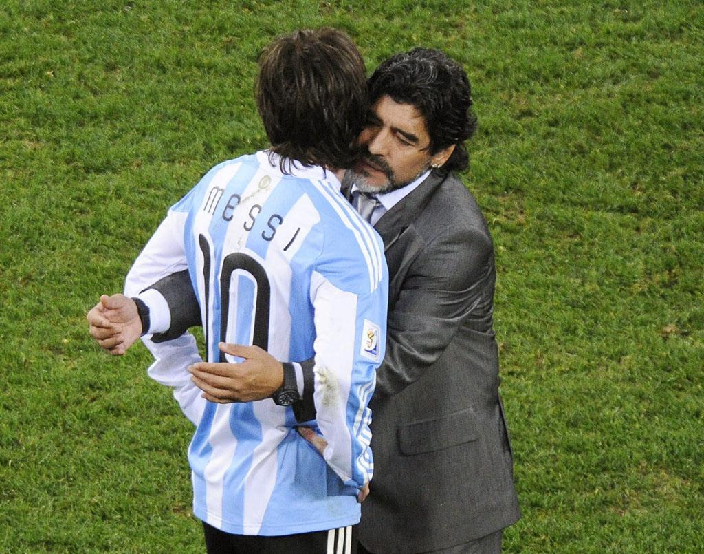 Diego Maradona e Lionel Messi depois da eliminação da Argentina no Mundial de Futebol, na África do Sul (EPA/Helmut Fohringer)