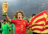 Carles Puyol celebra a vitória de Espanha no Mundial de Futebol, na África do Sul (EPA/Peter Klaunzer)