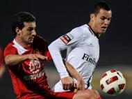 Rocha (Merelinense) disputa a bola com Toscano (V. Guimarães)