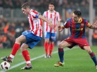 Antonio Lopez domina a bola perante Xavi (EPA)