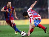 Aguero tenta dominar a bola perante Xavi (EPA)